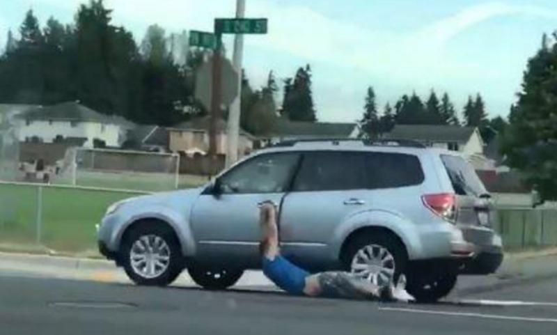 Угонщик-неудачник остался без трусов, пытаясь влезть в автомобиль
