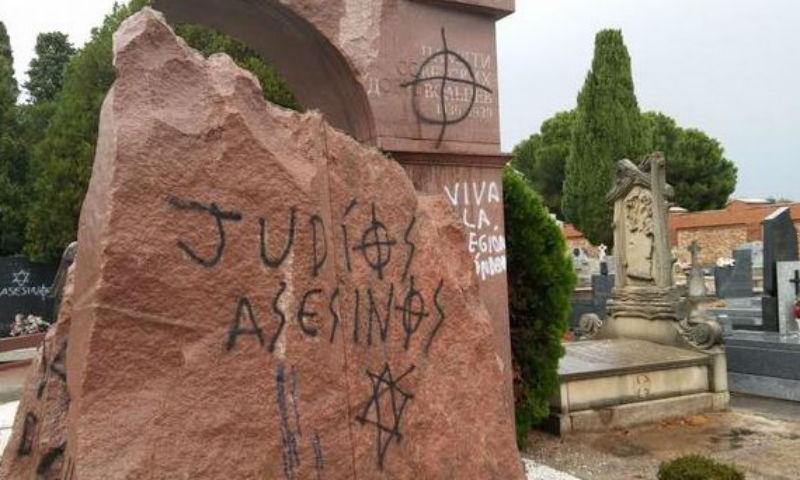 Памятники советским героям осквернены на кладбище в Испании нацистскими символами