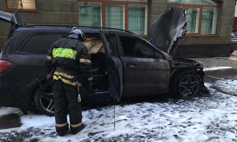 Опубликованы фото с места поджога двух автомобилей противниками
