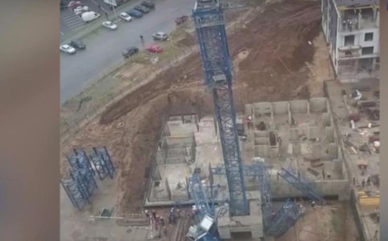 Опубликовано видео падения башенного крана, придавившего двух человек
