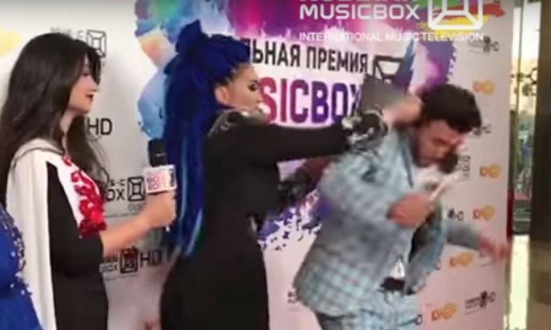Певица избила клатчем ведущего на церемонии премии Music Box 2017