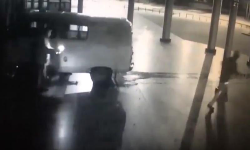 Опубликовано видео тарана кинотеатра в Екатеринбурге фургоном с газовыми баллонами