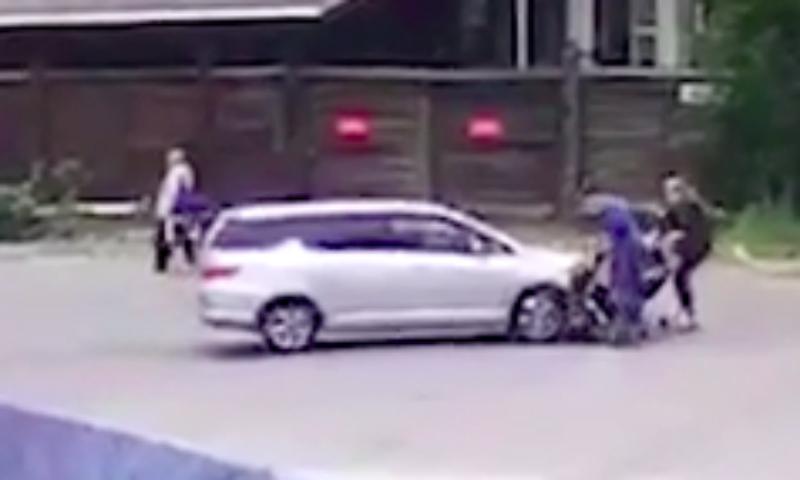 Опубликовано видео наезда на женщин с колясками во Владивостоке