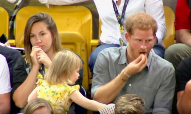Малышка стащила у принца Гарри попкорн во время матча