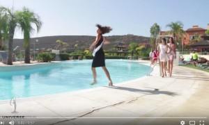 Участница конкурса красоты упала в воду во время дефиле у края бассейна