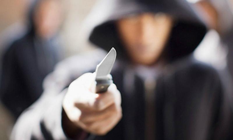 Мужчина с ножом напал на двух прохожих в Москве