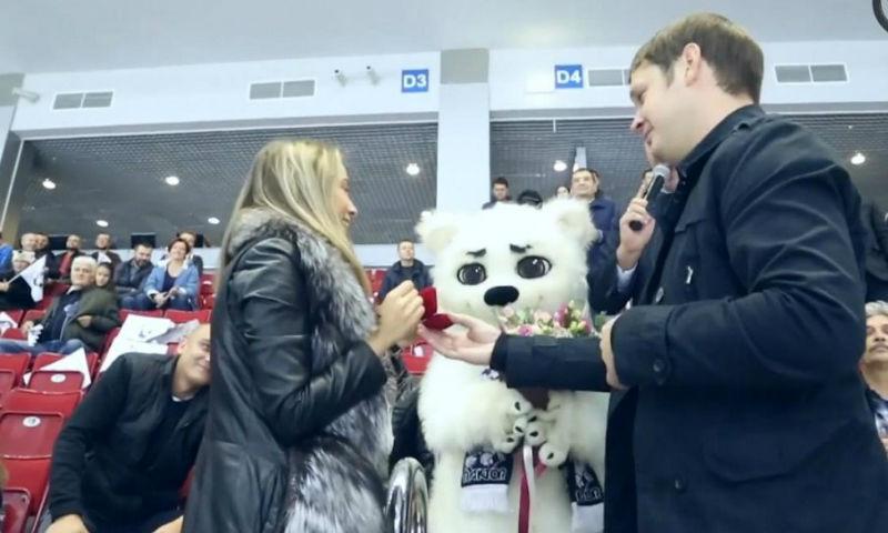 Фанат хоккея сделал предложение девушке во время матча в Челябинске