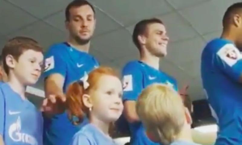 Русский футболист пошутил над маленькой девочкой перед матчем