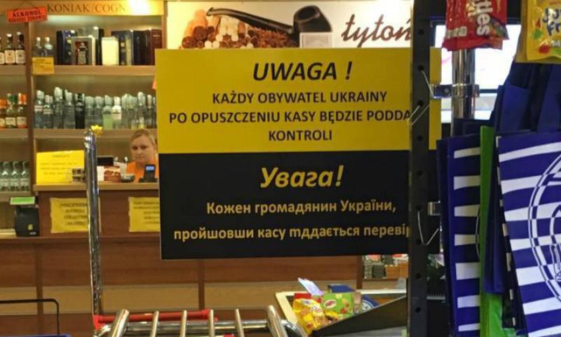 Впольском супермаркете установили табличку опроверке украинцев накассе