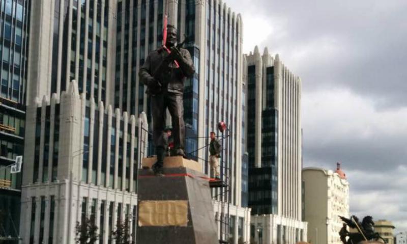 Человек и автомат: памятник Михаилу Калашникову появился в центре Москвы