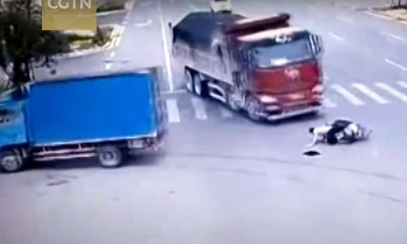 В Китае скутерист дважды родился в рубашке на дороге