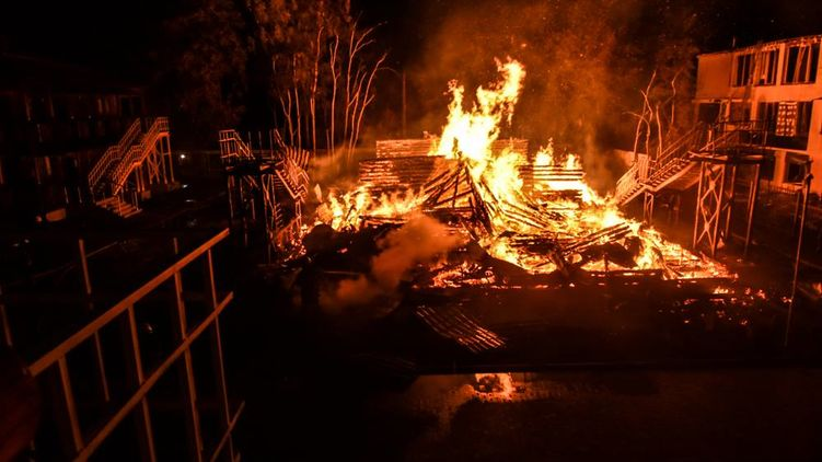 Родители детей из сгоревшего лагеря пошли штурмом на мэрию Одессы
