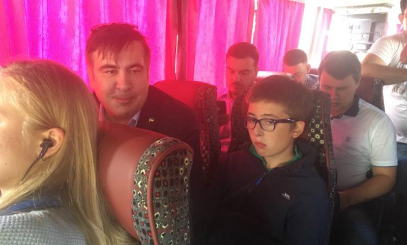 Не мытьем, так катаньем: изгнанный из поезда Саакашвили решил ехать на Украину автобусом