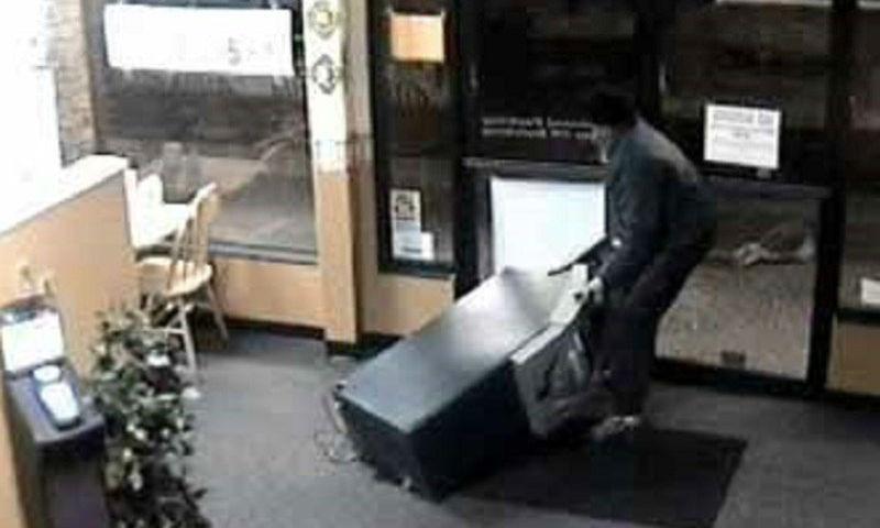 Дерзкую кражу банкомата из торгового центра в Москве сняли камеры наблюдения