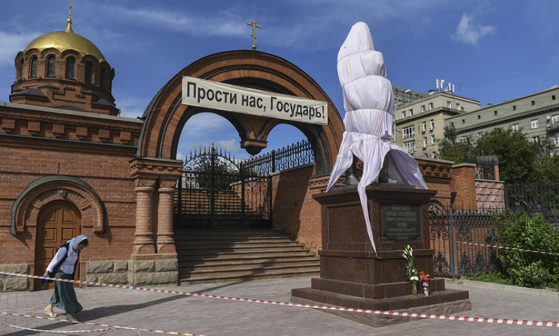 Изуродованный топором памятник Николаю II и цесаревичу Алексею восстановлен в Новосибирске