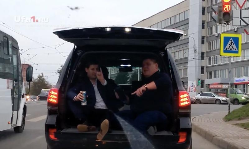 В Уфе мужчины ехали в открытом багажнике, веселились и пили пиво