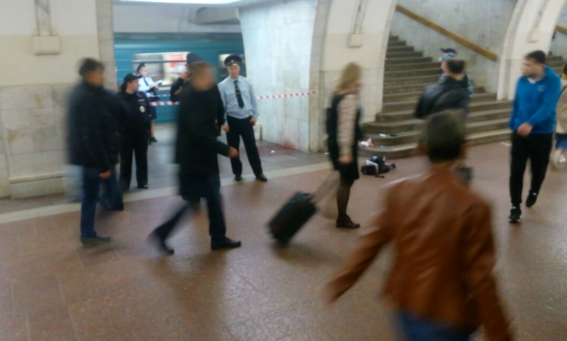 Появились видео и фото с места поножовщины в московском метро