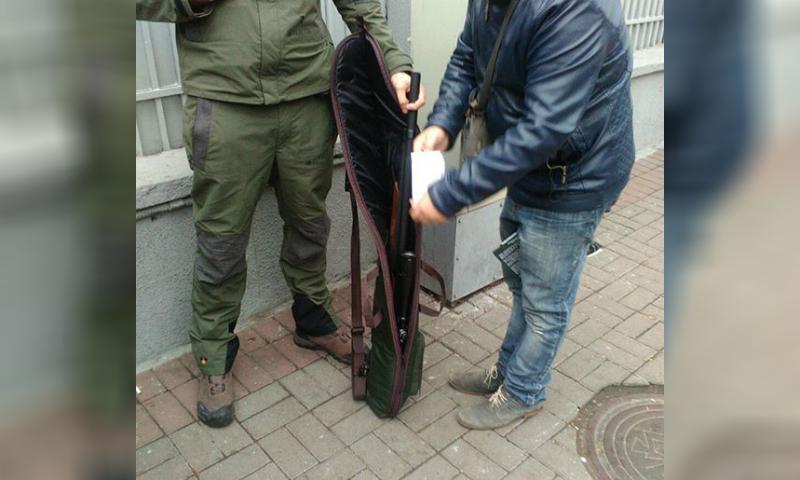 Мужчина со снайперской винтовкой задержан у палаточного городка в Киеве