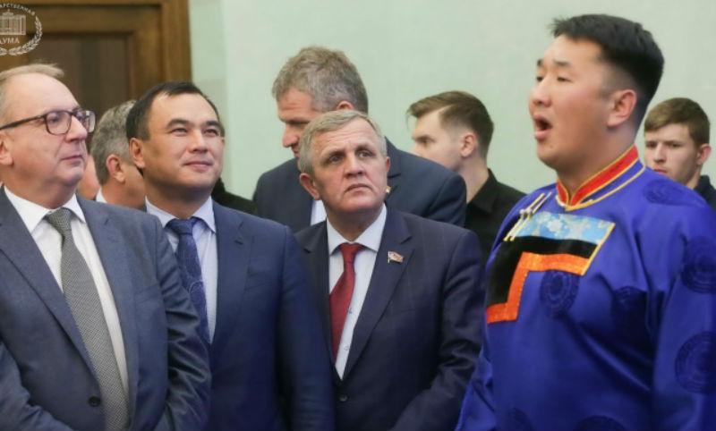 Депутаты повязали ленточки на столбе сэргэ в Госдуме