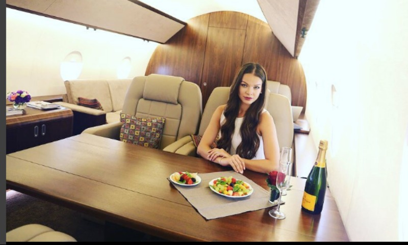 Обожающим понты «Insta-тёлочкам» предложили фотосессию на борту частных самолетов