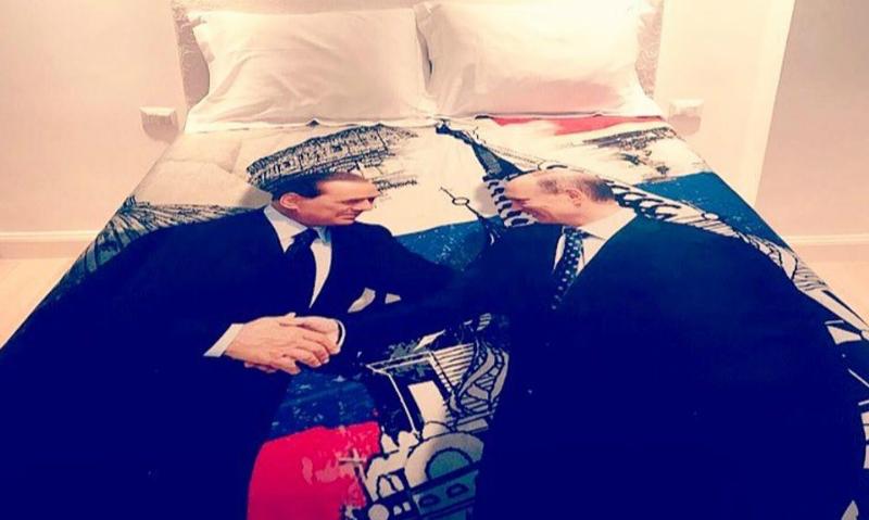 Берлускони подарил другу Путину пододеяльник с их рукопожатием