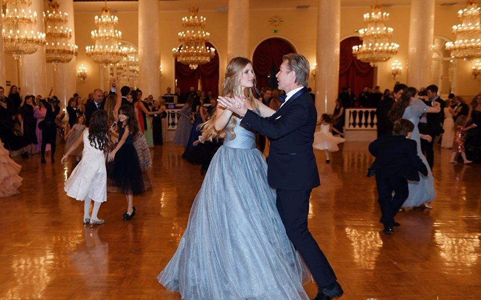 Дочь Малинина Устинья танцует с папой