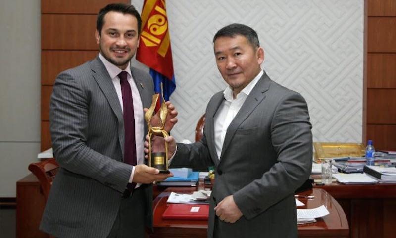 Лидер «АнтиДилера» и призер Олимпиады подарил «Золотой пояс» президенту Монголии