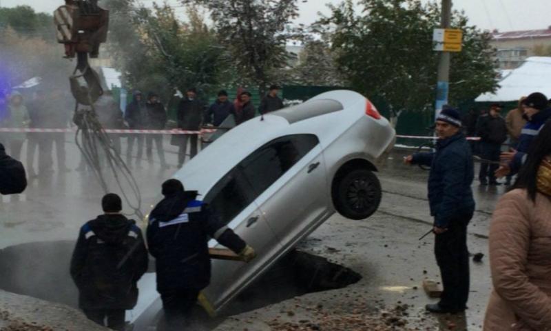 Попытки вытащить автомобиль из бурлящего кипятка в Петропавловске были сняты на видео
