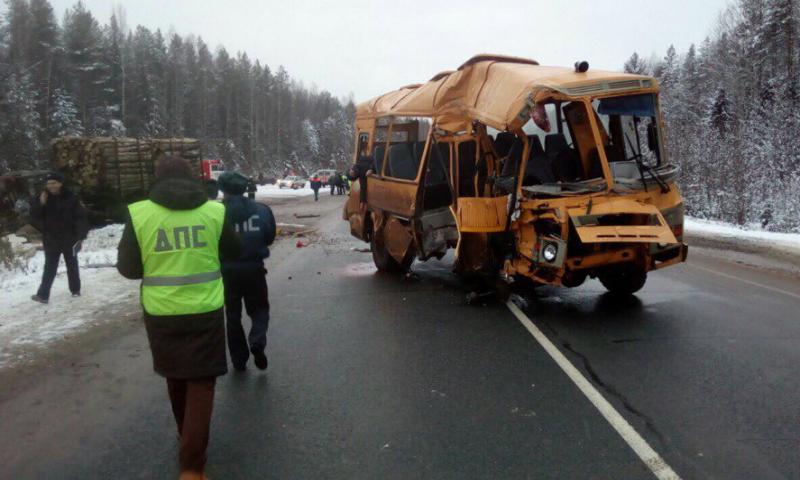 Лесовоз разнес школьный автобус в Коми
