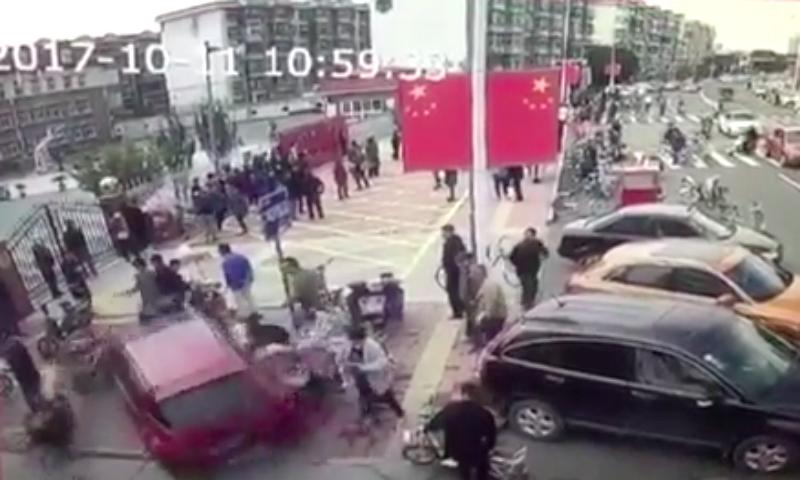 Автомобиль дважды врезался в толпу прохожих в Китае