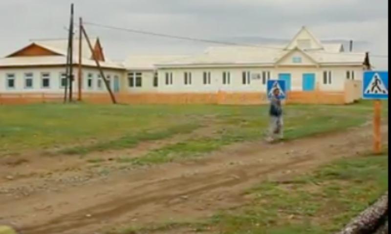 Один изсамых абсурдных пешеходных переходов в РФ находится вОльхонском районе