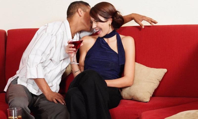 От заигрываний до интима: ученые раскрыли тайны мужского и женского флирта