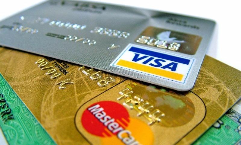 Россиянам запретят снимать деньги с анонимных банковских карт