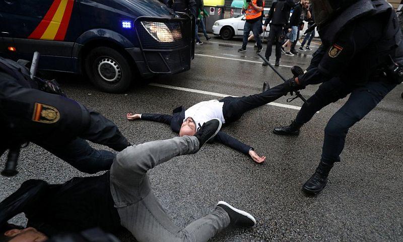Опубликованы шокирующие видеокадры действий полиции в Каталонии