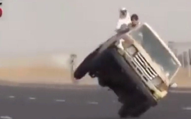 Видеошок: лихачи устроили безумный дрифт на одном колесе