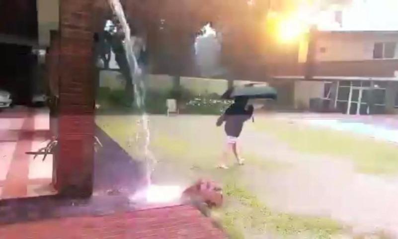 Мама случайно сняла на телефон видео, как молния чуть не убила сына