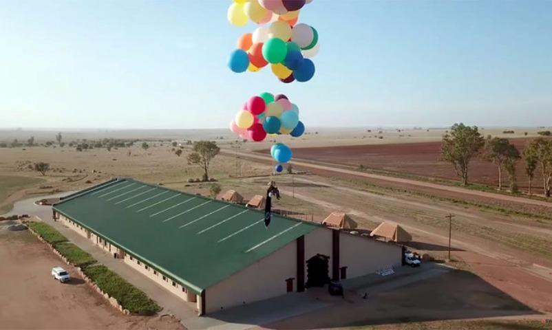 Англичанин взлетел над Африкой на100 гелиевых шарах