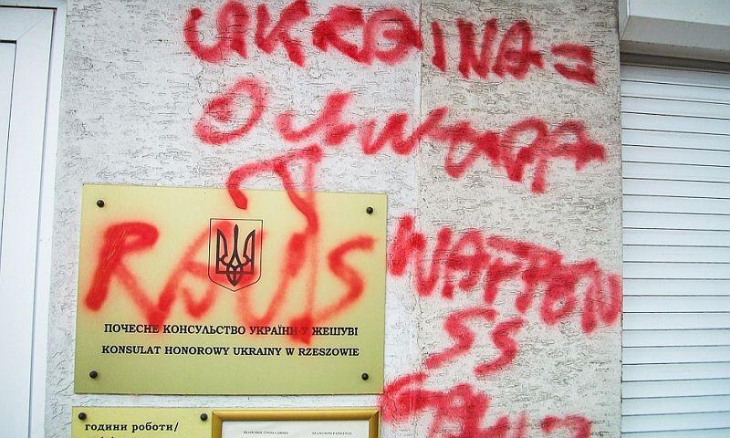 Вандал осквернил здание украинского консульства в Польше