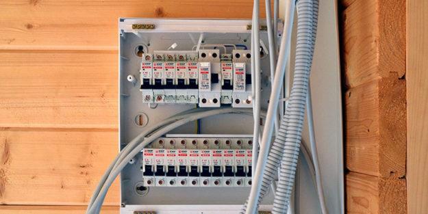Разводка электрики в деревянном доме