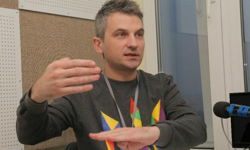 Киевский журналист обругал матом стюардессу из-за отказа говорить с ним по-украински