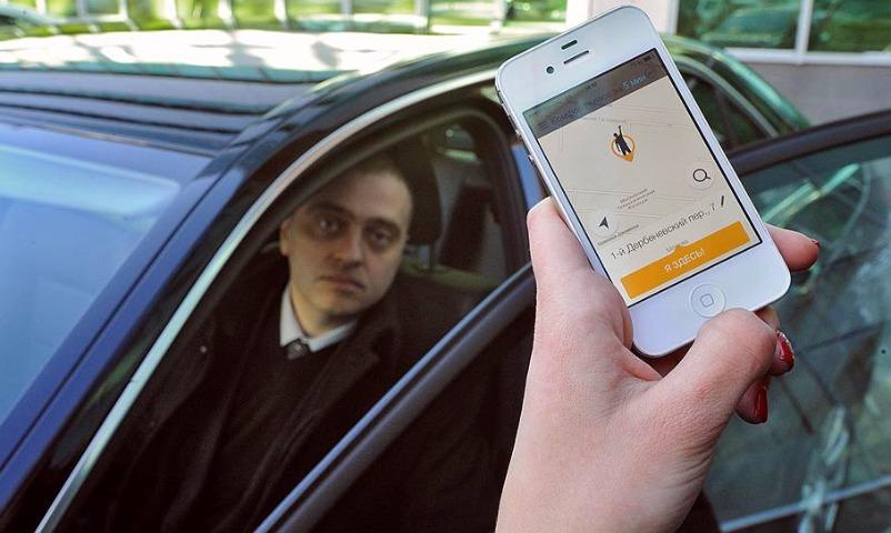Следят за клиентами: конкуренты пожаловались на «Яндекс.Такси» в ФАС