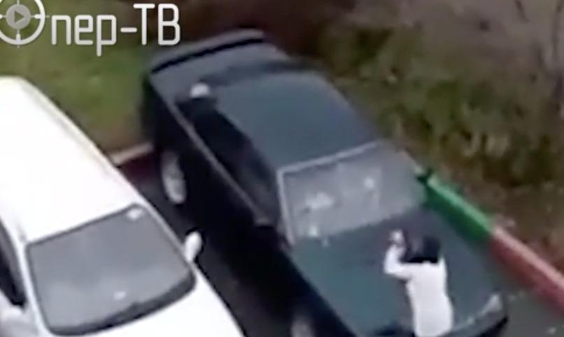 Так не доставайся никому: «брошенка» разбила сковородкой автомобиль мужа