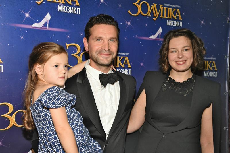 Виктор Добронравов с семьей