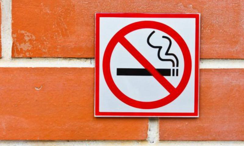 Минздрав поддержал запрет на курение возле подъездов жилых домов