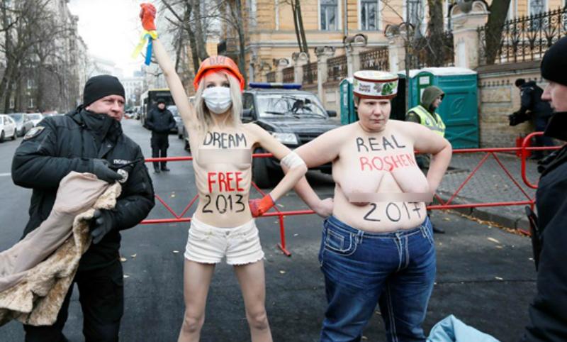 Активистки Femen оголились под офисом Порошенко