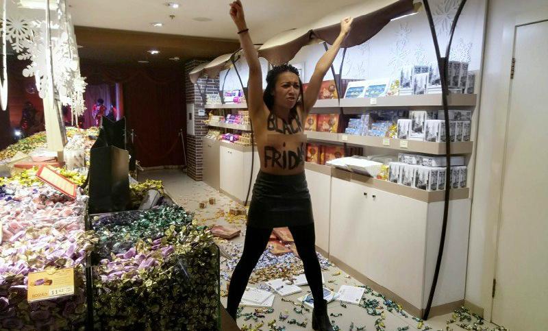 Голая темнокожая FEMEN разгромила магазин Порошенко в Киеве