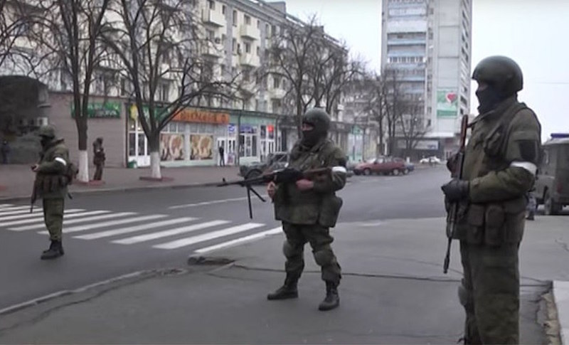 Видео из захваченного вооруженными людьми Луганска появилось в Сети