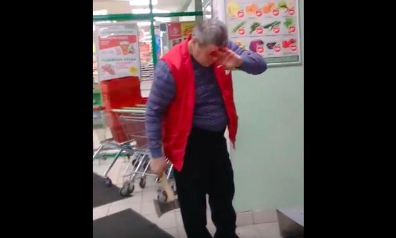 Размещено видео нападения мужчины с тесаком насотрудника «Пятерочки» вСтаром Осколе