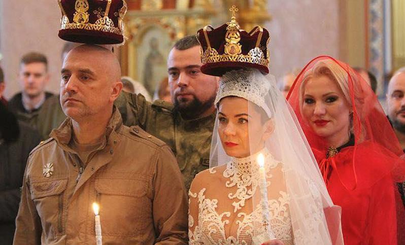 На венчании в Донецке жене Захара Прилепина подарили пистолет