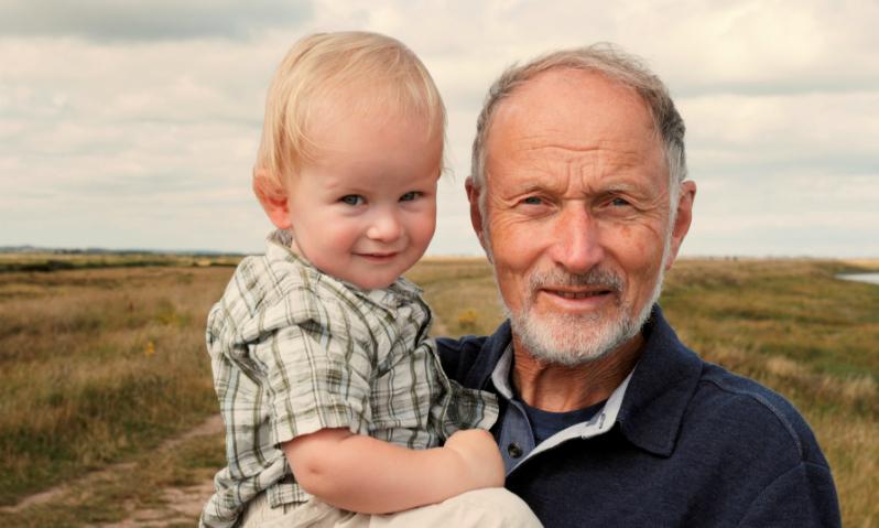 Ученые: Эмбрионы от пожилых отцов развиваются на треть медленнее